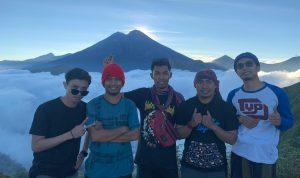 Lalu Okto Muhar Sabdi (Dua dari Kanan) bersama Teman Jelajah Lombok saat Berada di Bukit Pal Jepang, Minggu, 2/8/2020